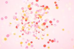 在珊瑚背景的五颜六色的五彩纸屑 免版税库存图片