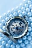在珍珠的金黄指南针 免版税库存照片