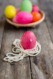在珍珠项链的桃红色复活节彩蛋 库存照片