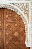 在珍贵的木头的大阿拉伯样式门 阿尔汉布拉 库存照片