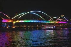 在珠江的巡航小船在广州在夜之前 库存图片