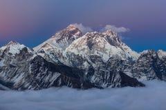 在珠穆朗玛峰山顶的惊人的日落与 免版税库存图片