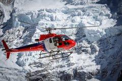 在珠穆琅玛营地的救生员直升机在尼泊尔 免版税库存照片