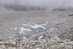 在珠穆琅玛营地附近上面的融化冰河由于全球性变暖 库存照片