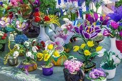 在珠饰细工方法做的罐的花构成 城市 免版税库存照片