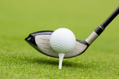 在球后的高尔夫俱乐部 免版税库存照片