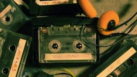 在球员和一些古老卡式磁带的转动的录音磁带 影视素材