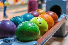 在球回归关闭的五颜六色的保龄球  免版税图库摄影