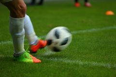 在球在沥青后后,落角球是其中一个恢复橄榄球比赛的元素  免版税库存图片
