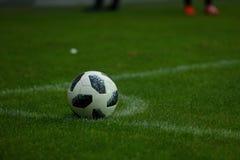 在球在沥青后后,落角球是其中一个恢复橄榄球比赛的元素  库存图片