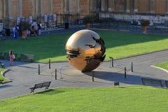 在球形内的现代设施球形阿纳尔多Pomodoro 库存照片