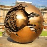 在球形内的球形在Cortile della Pigna在梵蒂冈 免版税图库摄影
