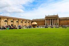 在球形内的球形在Cortile della Pigna 免版税库存图片