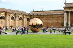 在球形内的球形在Cortile della Pigna 库存图片