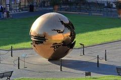 在球形内的球形阿纳尔多Pomodoro在眺望楼庭院里 免版税库存照片