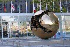 在球形内的球形,在联合国总部大楼的一个铜雕塑 库存照片