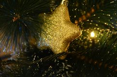 在球形状的黄色和发光的圣诞节装饰品 库存照片