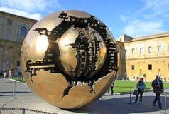 在球形雕塑内的球形在Pinecone的庭院里在梵蒂冈博物馆的 意大利罗马梵蒂冈 图库摄影