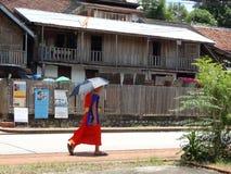 在琅勃拉邦,老挝的街道场面 图库摄影
