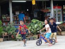 在琅勃拉邦,老挝的街道场面 库存照片
