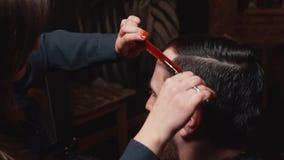 在理发店切开的年轻有胡子的人 股票视频