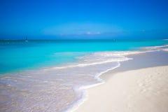 在理想的海岛完善白色海滩用绿松石水 库存图片