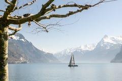 在琉森湖的小船航行在Brunnen附近在瑞士 库存照片