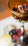 在琥珀色的香宾玻璃的可口块菌状巧克力 免版税库存图片