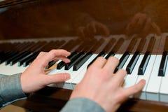在琴键的特写镜头手 库存图片