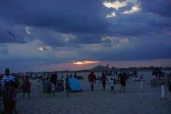 在琼斯海滩纽约的太阳设置 免版税库存图片