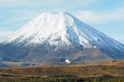 在瑙鲁霍伊火山附近的直升机飞行在东格里罗国家公园 免版税库存照片