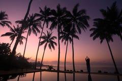 在瑜伽之下的椰子树 免版税库存照片