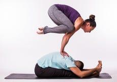 在瑜伽位置的年轻健康夫妇 库存图片