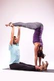 在瑜伽位置的年轻健康夫妇 图库摄影