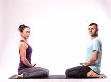 在瑜伽位置的年轻健康夫妇 免版税库存图片