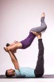 在瑜伽位置的年轻健康夫妇 免版税库存照片