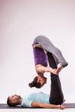 在瑜伽位置的年轻健康夫妇 库存照片