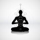 在瑜伽姿势的男性剪影 免版税图库摄影