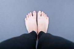 在瑜伽席子的脚 库存图片