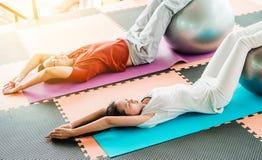 在瑜伽类的夫妇 免版税库存图片