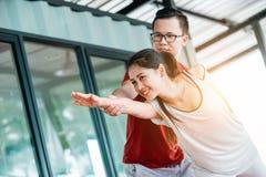 在瑜伽类的夫妇 免版税图库摄影