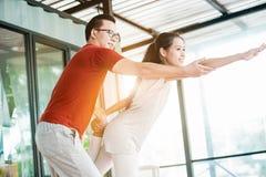 在瑜伽类的夫妇 免版税库存照片