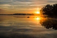在瑞典夏天湖的日出 免版税库存照片