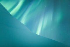 在瑞典多雪的山的极光borealis 免版税库存照片