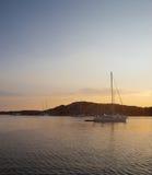 在瑞典小海湾的金黄日落 库存图片
