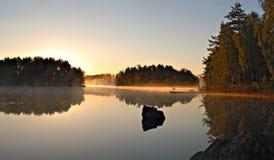 在瑞典湖的金黄早晨太阳 库存照片