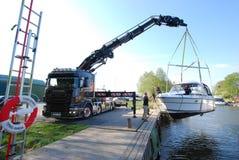 在瑞典湖,斯德哥尔摩使一条小船下水 库存照片