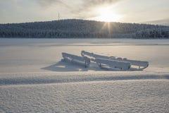 在瑞典语拉普兰的冬天,一个冻湖 免版税库存照片