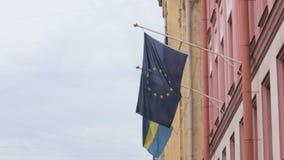 在瑞典,圣彼德堡的总领事馆的大厦的两面欧洲旗子 影视素材