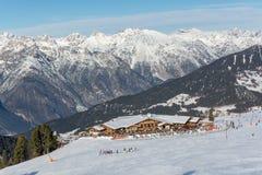 在瑞士山中的牧人小屋` Zirbenhuette `的看法在滑雪胜地Serfaus Fiss Ladis在奥地利 免版税库存图片
